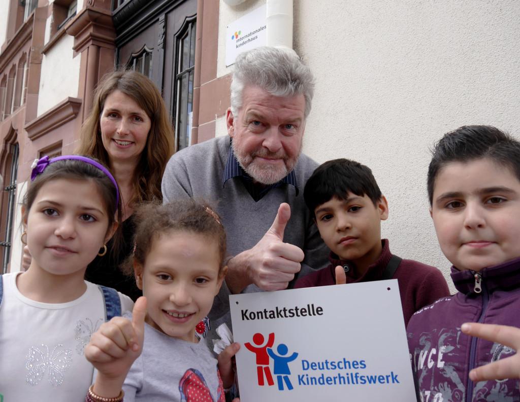 Die Kontaktstelle des Deutschen Kinderhilfswerks ist eröffnet: Angelika Totzer und Michael Kruse mit Kinder des Internationalen Kinderhaus