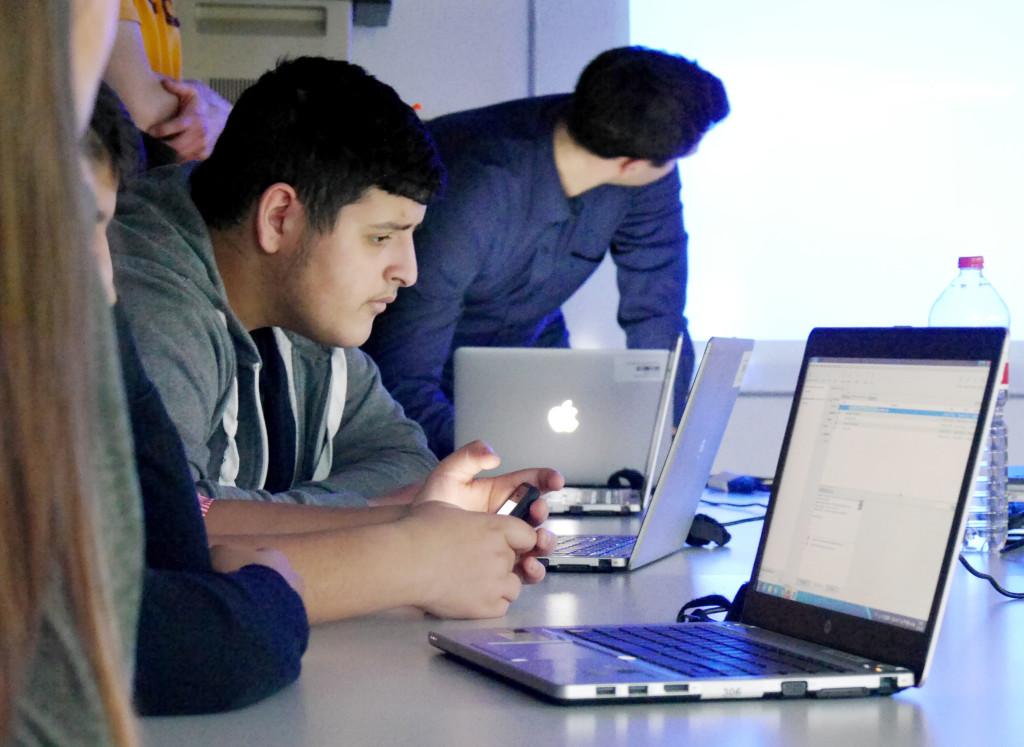 Volle Konzentration beim Programmieren der App.